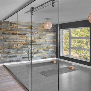 Mittelgroßer Moderner Yogaraum mit bunten Wänden, hellem Holzboden und grauem Boden in Edmonton