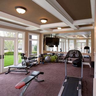Multifunktionaler, Großer Klassischer Fitnessraum mit beiger Wandfarbe, Teppichboden und lila Boden in Seattle