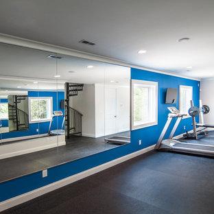 Ispirazione per una palestra multiuso classica di medie dimensioni con pareti blu e pavimento in vinile