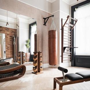 Esempio di una palestra in casa chic con pareti grigie, pavimento in legno massello medio e pavimento marrone