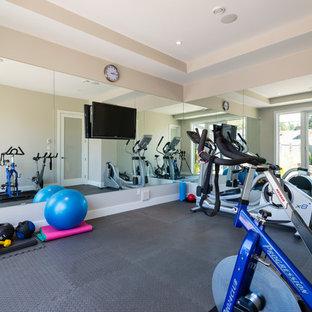 Immagine di una palestra in casa chic di medie dimensioni con pareti grigie, pavimento in vinile e pavimento grigio