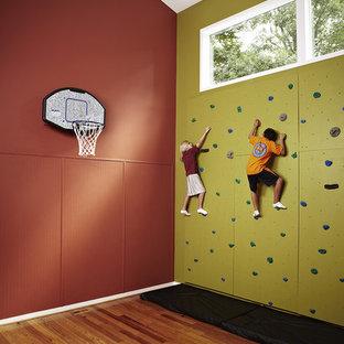 Mittelgroßer Klassischer Fitnessraum mit grüner Wandfarbe, Kletterwand und braunem Holzboden in Washington, D.C.