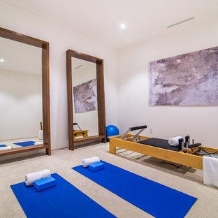 Exemple d'un studio de yoga tendance de taille moyenne avec un mur blanc, un sol en carrelage de porcelaine et un sol beige.