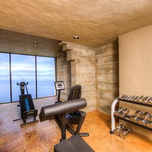 Inspiration för stora medelhavsstil hemmagym med fria vikter, med beige väggar, betonggolv och orange golv