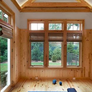Idee per uno studio yoga tradizionale con pavimento in legno massello medio