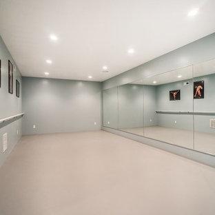 ソルトレイクシティの広いトランジショナルスタイルのおしゃれなヨガスタジオ (グレーの壁) の写真