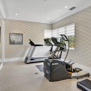 Immagine di una palestra in casa contemporanea di medie dimensioni con pareti beige, pavimento in laminato e pavimento beige