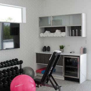 Kleiner Moderner Kraftraum mit weißer Wandfarbe, Linoleum und grauem Boden in Miami