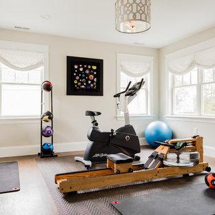 Multifunktionaler, Mittelgroßer Klassischer Fitnessraum mit beiger Wandfarbe, braunem Boden und braunem Holzboden in Boston