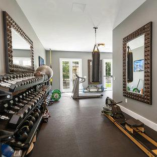 Multifunktionaler, Großer Klassischer Fitnessraum mit grauer Wandfarbe und grauem Boden in San Diego