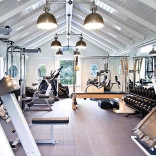Ispirazione per un'ampia sala pesi tradizionale con pareti bianche