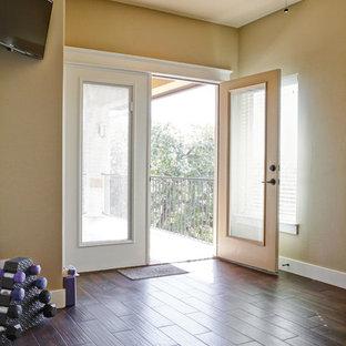 Foto di una palestra multiuso rustica di medie dimensioni con pareti beige, parquet scuro e pavimento marrone