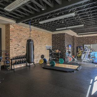 Multifunktionaler Industrial Fitnessraum mit bunten Wänden und grauem Boden in Dallas