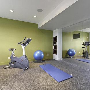 他の地域の広いモダンスタイルのおしゃれな多目的ジム (緑の壁、クッションフロア、グレーの床) の写真