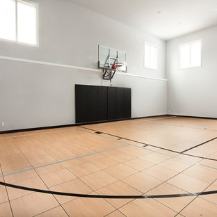 Idee per un ampio campo sportivo coperto chic con pareti grigie e pavimento in laminato