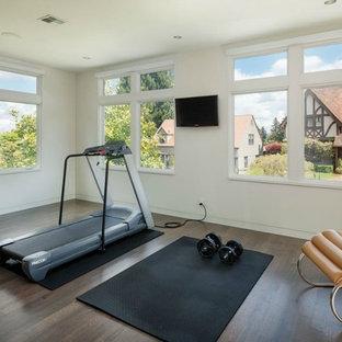 Idee per una sala pesi minimal di medie dimensioni con pareti bianche e parquet scuro
