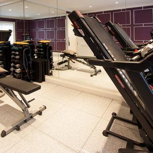 ニューヨークのコンテンポラリースタイルのおしゃれなトレーニングルーム (紫の壁) の写真