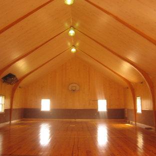 Idee per un campo sportivo coperto minimalista di medie dimensioni con pavimento in legno massello medio