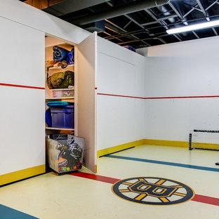 Immagine di una palestra in casa tradizionale con pareti bianche e pavimento multicolore