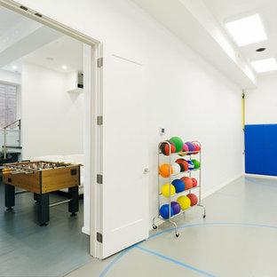 Ispirazione per una grande palestra multiuso moderna con pareti bianche, pavimento in vinile e pavimento grigio