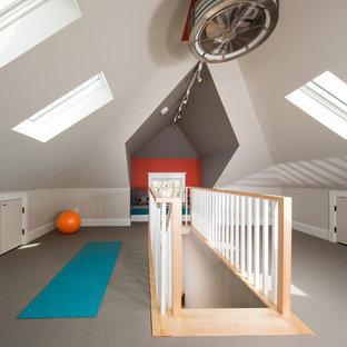 Foto di una palestra in casa tradizionale di medie dimensioni con pareti multicolore e moquette