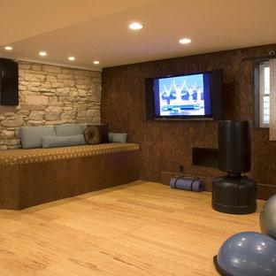 Inspiration för ett funkis hemmagym, med bruna väggar, ljust trägolv och orange golv