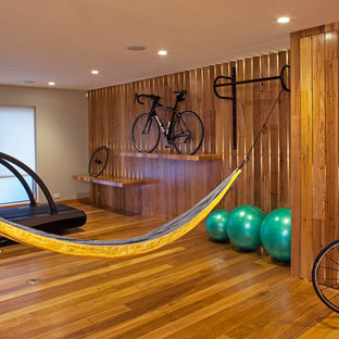 Multifunktionaler, Mittelgroßer Moderner Fitnessraum mit braunem Holzboden, brauner Wandfarbe und gelbem Boden in San Francisco