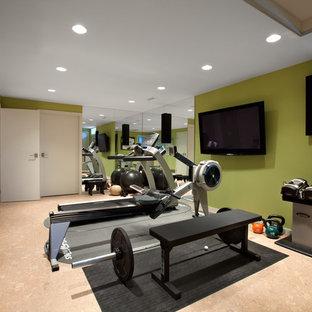 Ispirazione per una sala pesi contemporanea con pavimento in sughero e pareti verdi