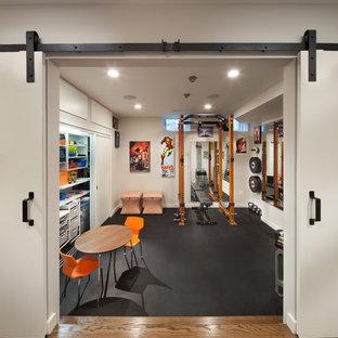 Стильный дизайн: универсальный домашний тренажерный зал среднего размера в стиле фьюжн с белыми стенами и черным полом - последний тренд