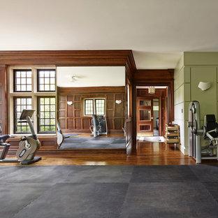 Foto di una sala pesi tradizionale con pareti multicolore e parquet scuro