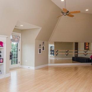 Immagine di una grande palestra chic con pareti beige e parquet chiaro