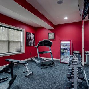 Idées déco pour une salle de musculation contemporaine de taille moyenne avec un mur rouge, moquette et un sol gris.