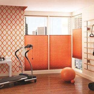 Idee per una palestra multiuso contemporanea di medie dimensioni con pareti arancioni, pavimento in vinile e pavimento arancione