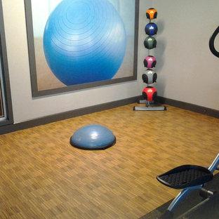 Multifunktionaler, Kleiner Moderner Fitnessraum mit weißer Wandfarbe und Korkboden in Tampa