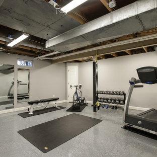Cette image montre une salle de sport traditionnelle multi-usage et de taille moyenne avec un mur gris, béton au sol et un sol gris.