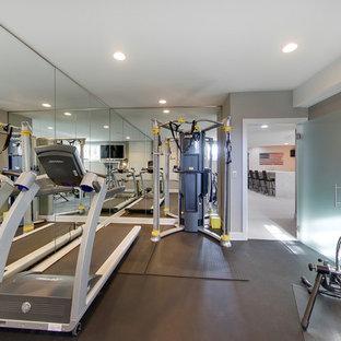 Foto di una piccola sala pesi minimal con pareti grigie e pavimento grigio