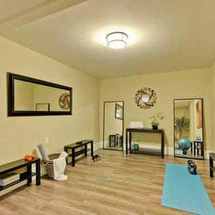 Ispirazione per uno studio yoga minimal di medie dimensioni con pareti beige, parquet chiaro e pavimento marrone