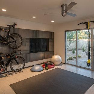 Foto di uno studio yoga minimal di medie dimensioni con pareti grigie