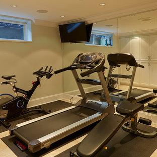 Kleiner Klassischer Fitnessraum mit beiger Wandfarbe, Linoleum und beigem Boden in Vancouver