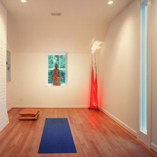 Idéer för funkis hemmagym med yogastudio, med vita väggar och orange golv