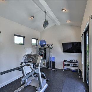 Inspiration för små moderna hemmagym med fria vikter, med beige väggar, betonggolv och svart golv