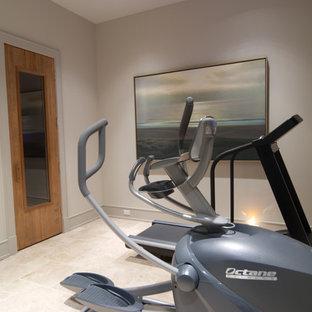 Multifunktionaler, Kleiner Klassischer Fitnessraum mit weißer Wandfarbe, Keramikboden und beigem Boden in Houston