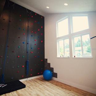 Immagine di una grande parete da arrampicata classica con pareti bianche e parquet chiaro