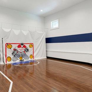 Idee per un grande campo sportivo coperto stile marinaro con pareti multicolore, pavimento marrone e pavimento in legno massello medio