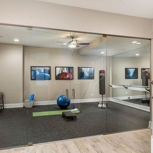 Multifunktionaler, Mittelgroßer Klassischer Fitnessraum mit beiger Wandfarbe, Porzellan-Bodenfliesen und beigem Boden in Chicago