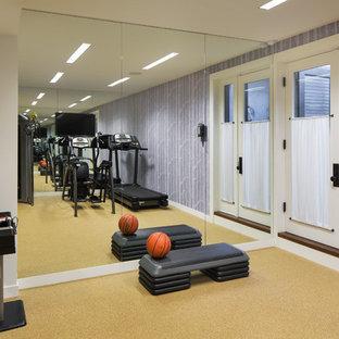 Multifunktionaler Klassischer Fitnessraum mit lila Wandfarbe und Korkboden in New York