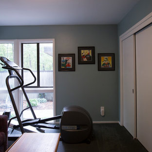 Multifunktionaler, Kleiner Stilmix Fitnessraum mit blauer Wandfarbe, Teppichboden und grauem Boden in Raleigh