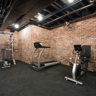 ルイビルの広いトランジショナルスタイルのおしゃれなトレーニングルーム (マルチカラーの壁、黒い床) の写真