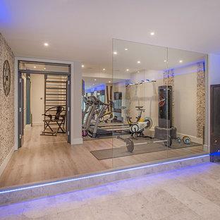 Multifunktionaler, Mittelgroßer Moderner Fitnessraum mit beiger Wandfarbe, hellem Holzboden und beigem Boden in London