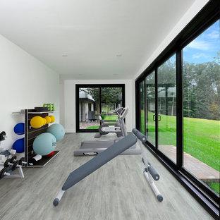 Großer, Multifunktionaler Moderner Fitnessraum mit weißer Wandfarbe und grauem Boden in New York